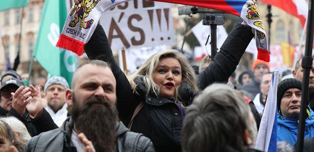 Na blití! Vzpoura. Při akci s Landou se demonstranti naštvali a nešetřili se