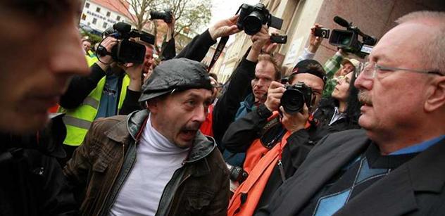 """Ruzzuřený dav křičel v Břeclavi na starostu. """"Hovno dělajů!"""" Podívejte se"""