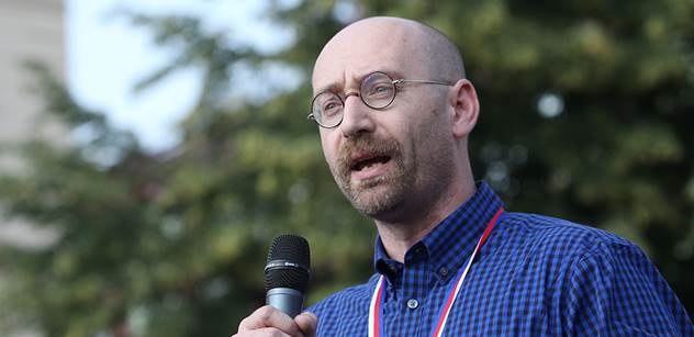 Sociolog Petr Hampl: S uprchlíky máme právo jednat jako s agresory. Zrádci národa jim pomáhají, aby nás vyhubili jako běloši indiány. Skuteční neonacisté jsou Šabatová a Dienstbier