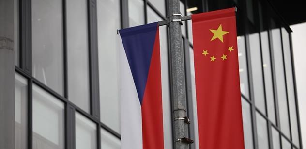 Čínské vlajky vlají Prahou. Takhle lézt do zadku, zlobí se Schwarzenbergův politik, který kdysi hlásil, že má průjem