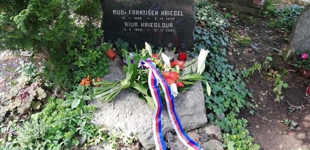 Srpnový hrdina Kriegel! Ale Zeman, který ho také oslavuje, se prý sám před cizí mocí sklonil, zní z rozhlasu