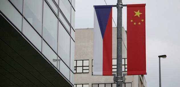 Zničené čínské vlajky: Neofašismus, ubohost. Žena mu nedala, tak se ukojil takto. Sekta TOP 09 nemá program, tak předvádí buranství. A ještě mnohem více...