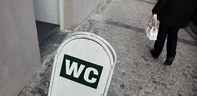 Žena pudrující si nos a vedle močící muž? V Berlíně řeší znovu zavedení společných toalet