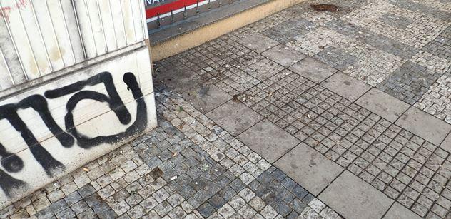 V Praze blaze, nach*áno na zem. Pomočené hřiště, výkaly jisté. Dost smradlavá procházka