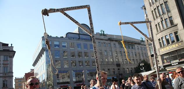 Šibenice na demonstraci nebyly proti zákonu a tečka. Chovancovu žalobu soud smetl