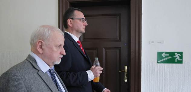 FOTO Petr Nečas u soudu. Poprvé se veřejně vyjádřil ke kauze své ženy
