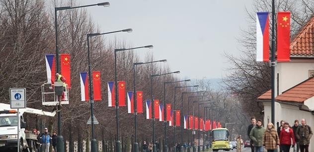Ostuda se zničenými čínskými vlajkami je mezinárodní. Zaujala dokonce i BBC