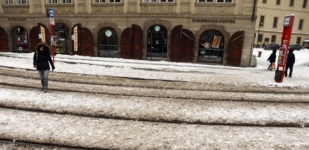 Začal padat sníh. Kalamita. A pražští politici houfně popsali, jak to Piráti a spol. na radnici vyřešili