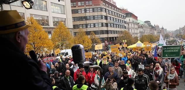 Tisícovka protestujících na Václaváku a jedna demonstrace navíc, o které jste ještě nečetli