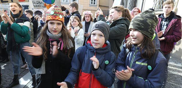 Rodiče vzali své děti a vyrazili s nimi na Václavák protestovat proti ignorování změn klimatu