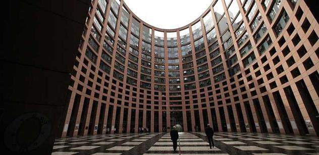 Před plénem Evropského parlamentu vystoupí společně Angela Merkelová a François Hollande