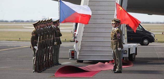 FOTO Prezident Zeman uvítal čínského prezidenta v Lánech. A dostal darem křeslo