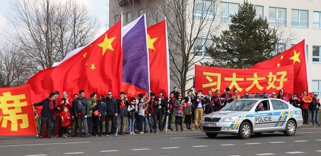 To jsou věci: Zatímco aktivisté zuřivě měnili vlajky Číny a Tibetu, cizinec kradl