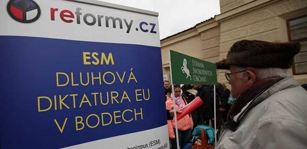 Pohřeb státní svrchovanosti. Analytik strhal vyvěšení evropské vlajky
