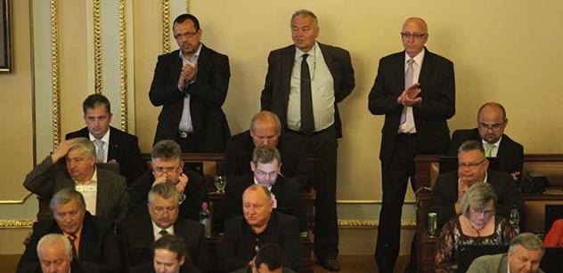 Poslanci navrhli chirurga Pafka a hudebníky Mišíka s Hladíkem na státní ocenění