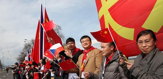 V Praze bylo dusno: Tibetské vlajky místo čínských, blokovaný billboard s Havlem a Dalajlámou, policie v akci