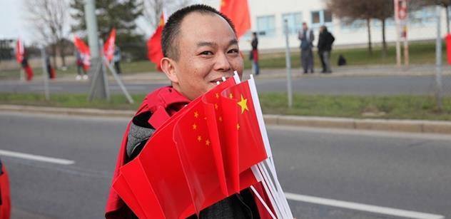 VIDEO Čínská televize nabídla pohled z prezidentského speciálu, který doprovázejí gripeny