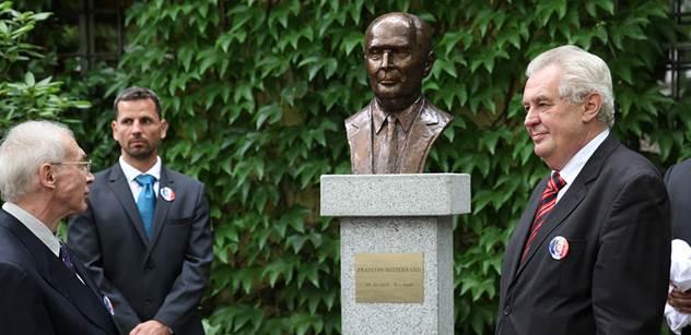 """Zeman odhalil bustu Mitterranda a zavzpomínal na """"nádhernou provokaci"""" Husáka"""