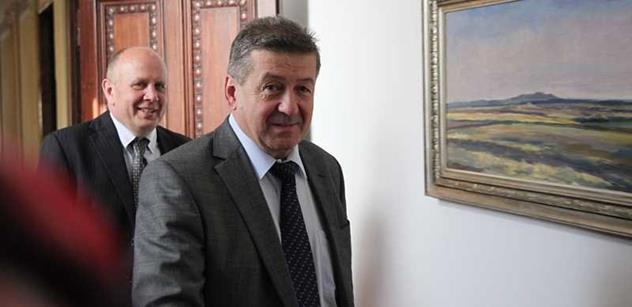 Bakalo, odevzdej peníze z bytů OKD na provoz dolu, navrhl Zeman. A ministr k tomu říká...