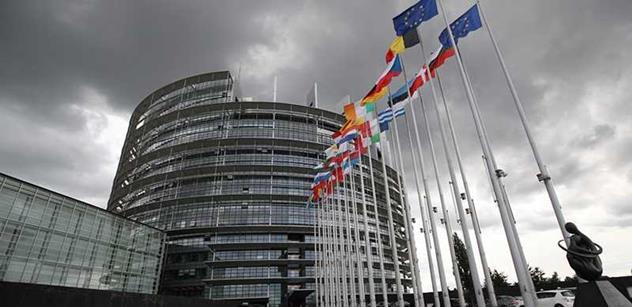 STEM: Důvěra v EU a EP mírně posiluje, stále však většina veřejnosti těmto institucím nedůvěřuje