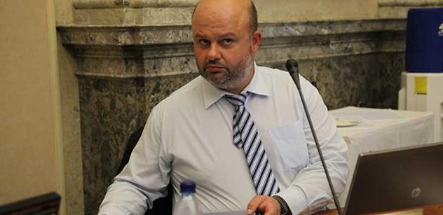 Pan Hrušínský je sebestředný blbeček, rarita i na poměry kavárny. A ta přihlouplá paní může skončit v kriminále. Promlouvá exministr vnitra Pecina