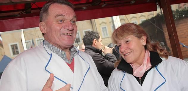 V centru Prahy nabízeli politici tradiční polévku. Turisté nad atrakcí žasli