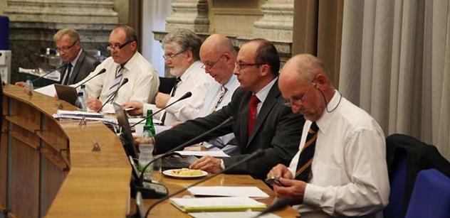 Vláda schválila rozpočet na rok 2014 se schodkem 112 miliard korun