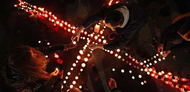 Loď na Vltavě plná svíček vyzvala k zastavení násilí na Ukrajině