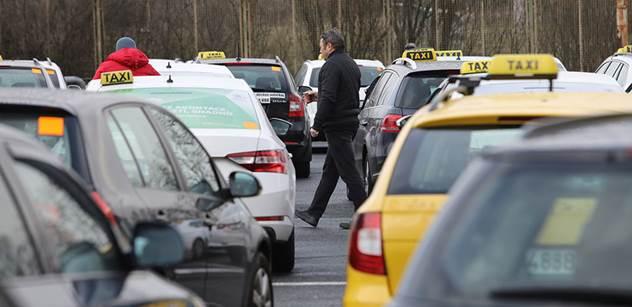 Taxikáři přesunuli svůj protest z Lazarské na magistrálu, jednoho z nich zadrželi policisté