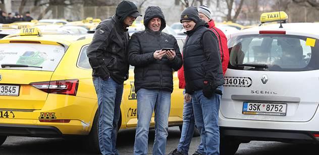 Taxikáři dál tlačí na vládu kvůli Uberu. Zavedení EET jim opravdu nestačí