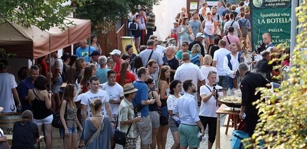 Tisíce lidí v sobotu putovaly Vinohradskou ulicí. Jde o tradiční součást folklorního svátku
