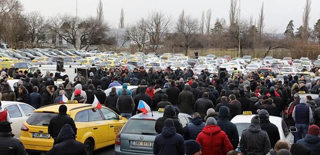 Taxikáři vyzvali firmy Uber a Taxify, aby přerušily činnost