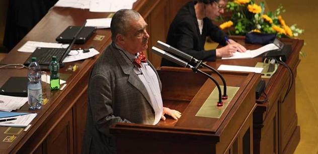Schwarzenberg probudil Sněmovnu, přirovnal zahraniční politiku k prostituci. Babiše vyzval, aby osvobodil Česko