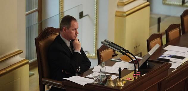 FOTO Poslanec Gazdík našel ve Sněmovně vzkaz: Čtyři hovínka
