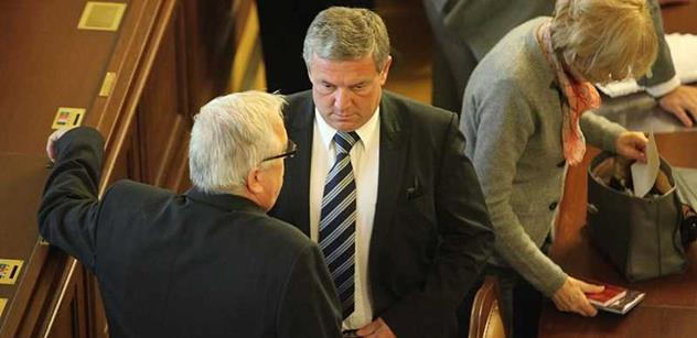 Ministr Prachař přišel do ČT diskutovat se svou soupeřkou pro druhé kolo voleb