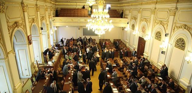 Poslanci přehlasovali Zemanovo veto a potvrdili služební zákon
