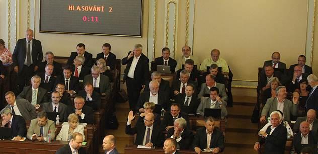 Sněmovní šoky: Poslance TOP 09 odvezli k lékaři. A uklízečky vzaly zákonodárcům jejich věci
