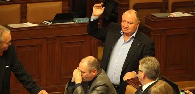 Ukrajinské dusno ve sněmovně: Kalousek a Herman, proti nim komunisté a Jandák. Došlo i na lidské orgány