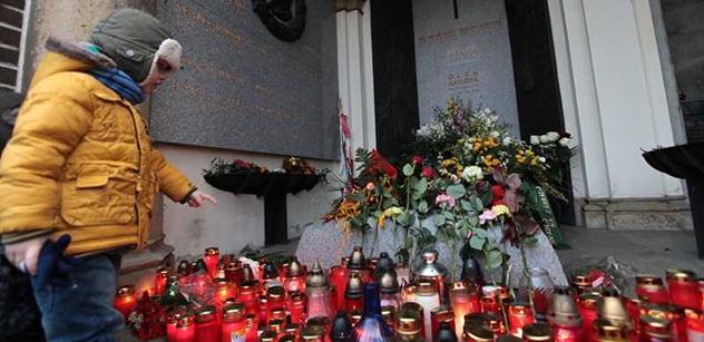 Měsíc po Havlově smrti lidé stále zapalují svíčky