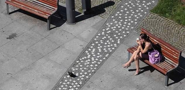 Postavte lavičky, stěžují si Romové na zákaz posedávání na ulicích Krupky