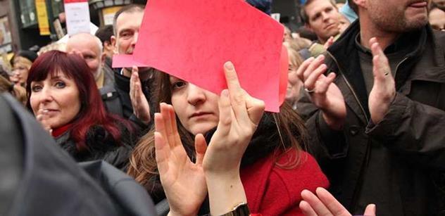 Dozvuky akcí proti Zemanovi: Prohrábli jsme internet a objevili spokojenost demonstrantů, nadávky i obrázek známého umělce
