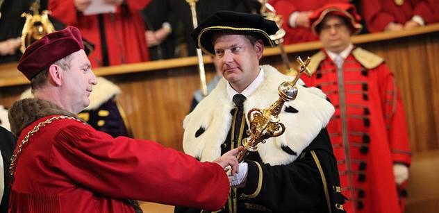 Je mi smutno, zoufal si u Tvarůžkové rektor UK. Politici jsou prý jako konští handlíři