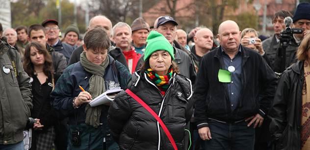 Vzdělaný Zeman hájí zájmy národa! Štětky a prasata obcují v kostele. Vyhrocená demonstrace na podporu prezidenta, kam přišli i jeho odpůrci