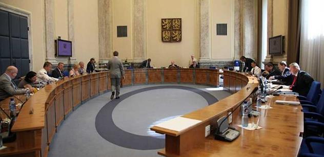 Vláda jedná o sankcích, očekává se složitá debata