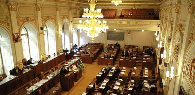 Poslanci už dostali zákony, které projednají v legislativní nouzi