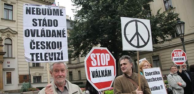 Protest před Úřadem vlády: Cizí vojska v Česku nebudou, slíbil ministr protestujícím. Zazněl i plán, jak zkrotit Českou televizi