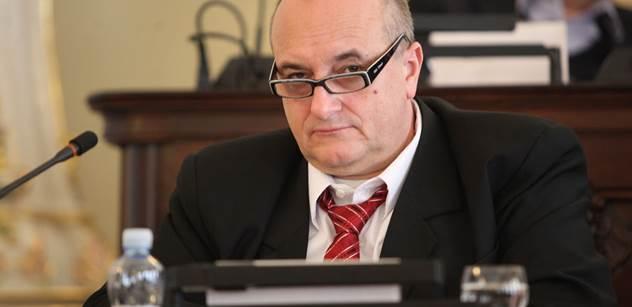 Pavel Telička jako živý důkaz, jak s námi EU vydrbala. Martin Koller také připomíná K. H. Franka