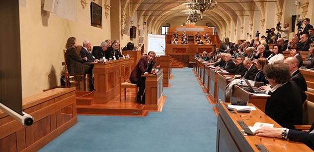 Češi dnes definitivně zvolí 25 senátorů