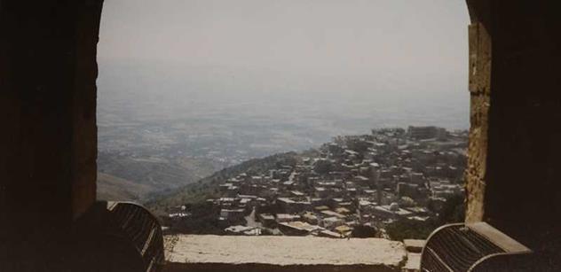 V Sýrii proběhne chemický útok a hodí se to na Asada. Bílé přilby už prý jen čekají na stisknutí knoflíku, píše Tereza Spencerová