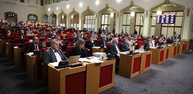 Pražští zastupitelé po třech hodinách ještě neschválili program